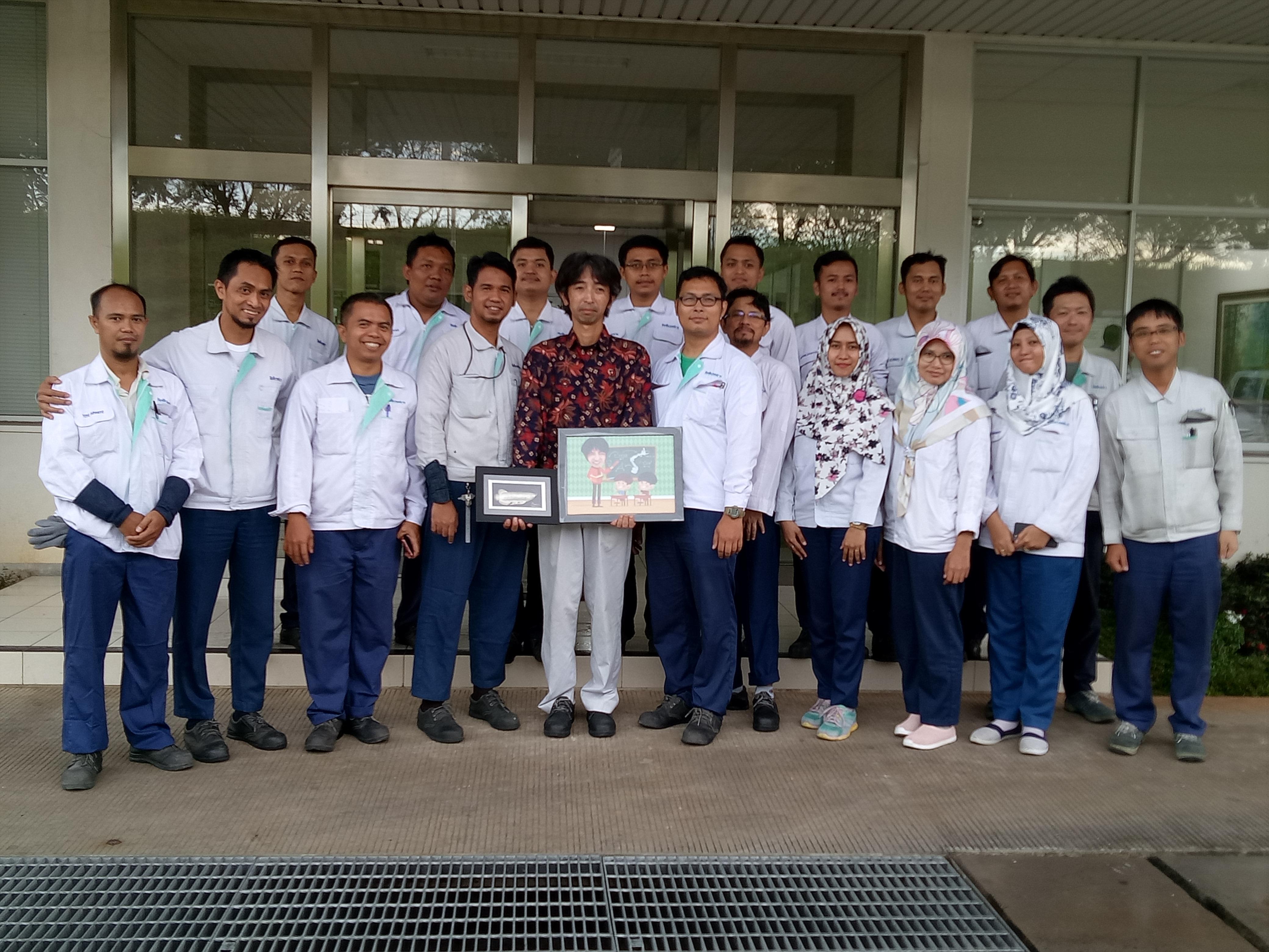 帰任する社員とインドネシアの仲間たち